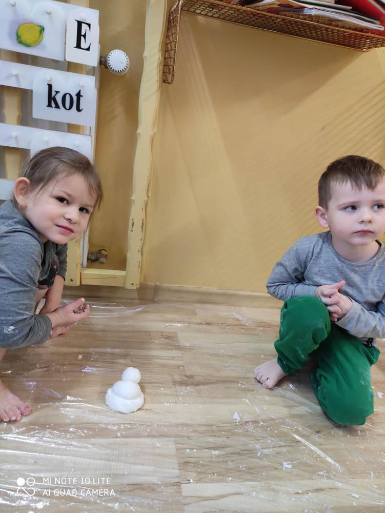Przedszkole Puchatkowo Kraków iWieliczka Zabawy sensoryczne sztucznym śniegiem (10 of 28)
