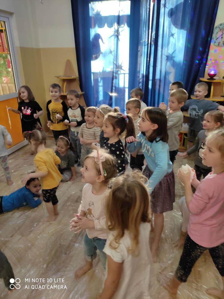 Przedszkole Puchatkowo Kraków iWieliczka Zabawy sensoryczne sztucznym śniegiem (13 of 28)