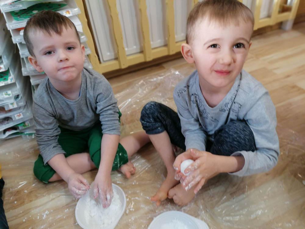 Przedszkole Puchatkowo Kraków iWieliczka Zabawy sensoryczne sztucznym śniegiem (21 of 28)